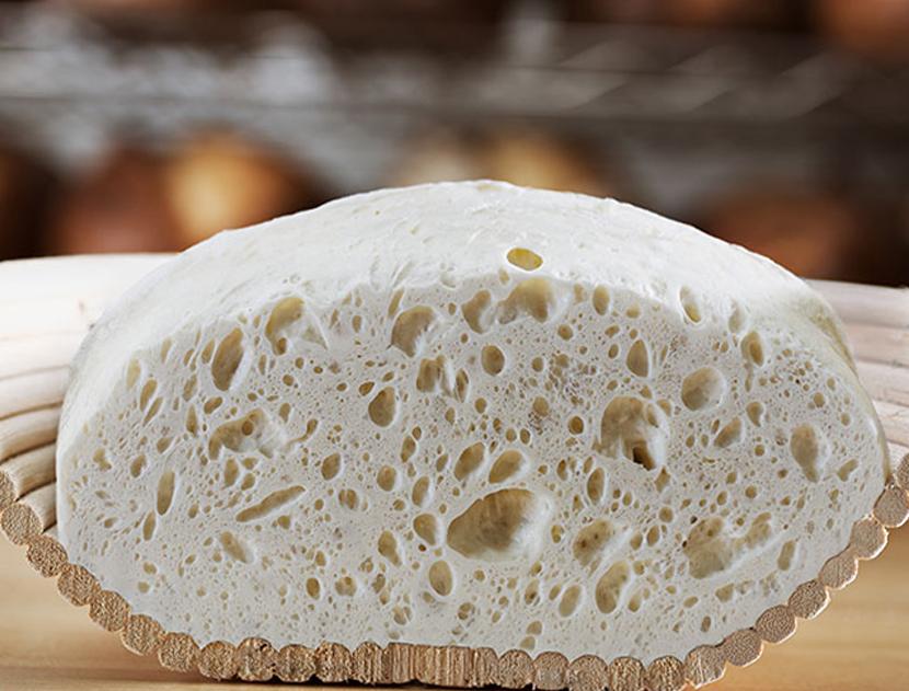 Втасване на тесто за хляб